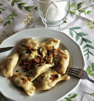 pierogi domowe z farszem: mięsnym, kapustą i grzybami, szpinakiem, białym serem. Pierogi ruskie. Ciasta domowego wypieku. Chleb domowy.